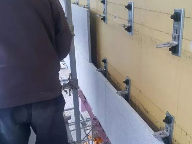 外国人这技术真牛逼,胆敢把干挂石材直接固定在外保温板上!